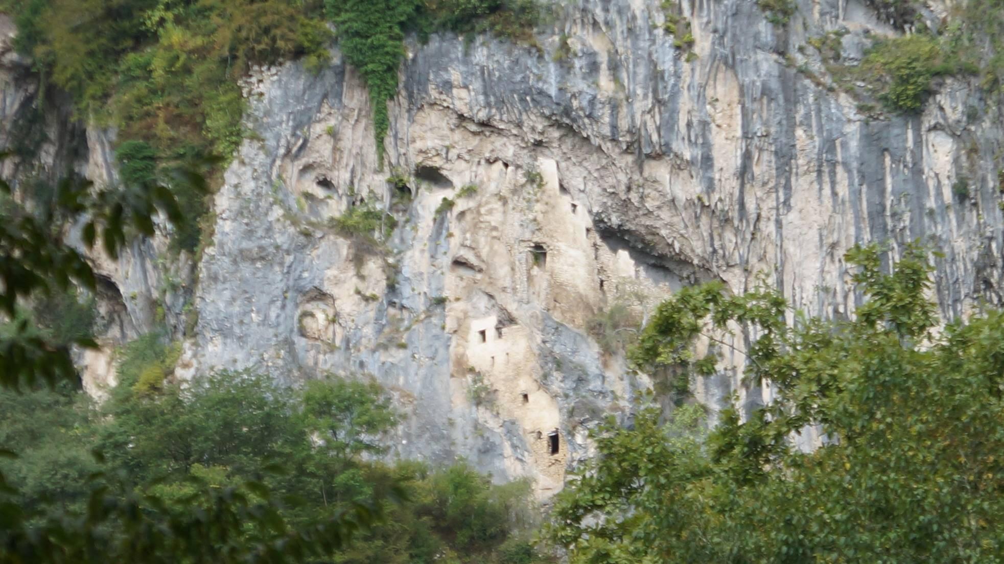 Наскальный монастырь в Гудате