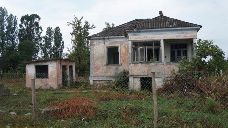 Гудаута - разрушенные дома