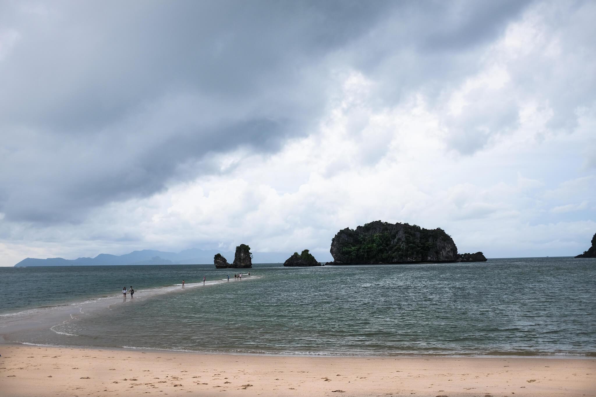 Tanjong Beach - самый тихий из трех, это место для пляжного волейбола, здесь также находится скромный пляжный клуб KM8.