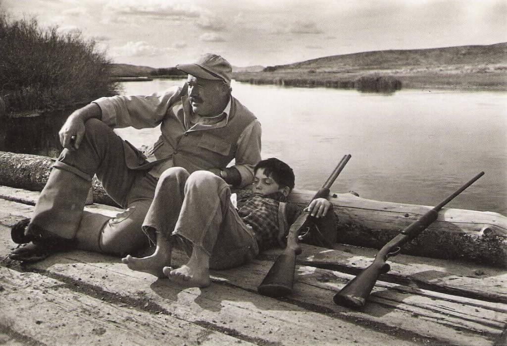 """Эрнест Хемингуэй - тот старичок в свитере, по совместительству великий писатель, путешественник, охотник, спортсмен, публицист, литературный критик, заядлый выпивоха и просто душа компании. Всегда добивался своего и выходил победителем из любых ситуаций. Интересные факты об Эрнесте Хемингуэе помогут узнать много нового о любимом писателе. Эрнестина Эрнест Хемингуэй интересные факты Мать одевала будущего писателя в женскую одежду и называла Эрнестиной, потому что очень хотела девочку. Также до шести лет отращивала ему волосы, пока Хемингуэй не настоял на своем имени Эрнест, чтобы стать, вероятно, одним из самых мужественных писателей ХХ века, хотя, любого века. Его ласково называют """"папа"""", Хемингуэй стал воплощением мужественности в американских литературных кругах. Известна дружба Хемингуэя с писателем Ф. Скотт Фицджеральдом. Когда они впервые встретились, Фицджеральд был на вершине успеха, а Хэмингуэй был начинающим писателем. Но позже когда Хемингуэй взойдет на пьедестал, звезда Фицджеральда начнет угасать. Однажды друзья решили помериться половыми органами в мужском туалете ресторана, в котором они ужинали (потому что Зельда, жена Фицджеральда, утверждала, что у ее мужа маленькое достоинство). Хемингуэй успокоил своего друга, переубедив его! В ФБР было досье на Хемингуэя могло стать причиной самоубийства Из общения с приятелем: «Они проверяют мой банковский счёт. Они проверяют почту. Они следят за моей машиной, вот почему мы приехали на машине Дюка. Они следят за всем. Я не могу пользоваться телефоном. Это худший ад из возможных». Ударил критика за плохую реценцию Эрнест Хемингуэй интересные факты Это один из интересных фактов о писателе. После того, как Макс Истмен написал на роман Хемингуэя """"Смерть после полудня"""" плохую рецензию, Хемингуэй отвесил ему пощечину. Через несколько лет после Истман опубликовал комментарий об этом случае, рассказав, что Эрнест обнажил волосатую грудь перед ударом рецензента. Удар – хотя, Хемингуэй утверждал, не особенно сильный – все"""