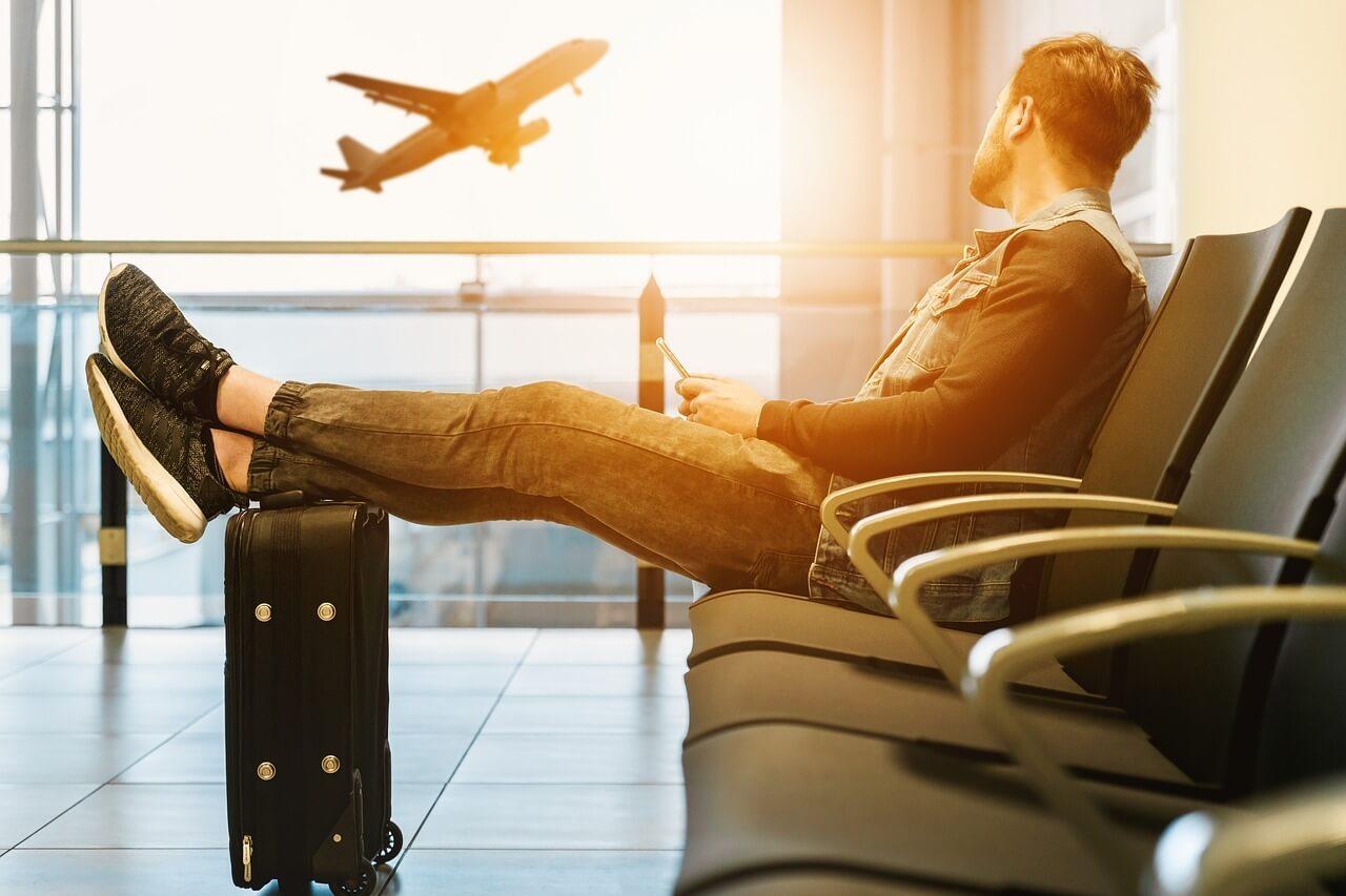 В аэропорте или в аэропорту - как правильно